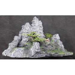 Skála s rostlinami a jeskyní